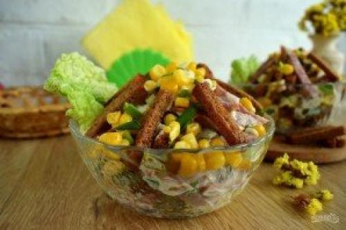 Салат иришка с сухариками и кукурузой и колбасой рецепт.