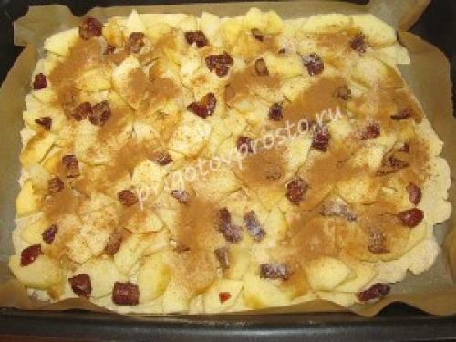 Пирог творожный с яблоками и корицей