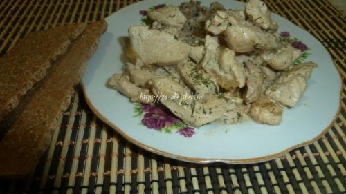 Куриная грудка в сметанном соусе на сковороде. Куриная грудка, тушенная в сметане на сковороде – понравится ему, тебе и мне! Быстрый и простой способ приготовления