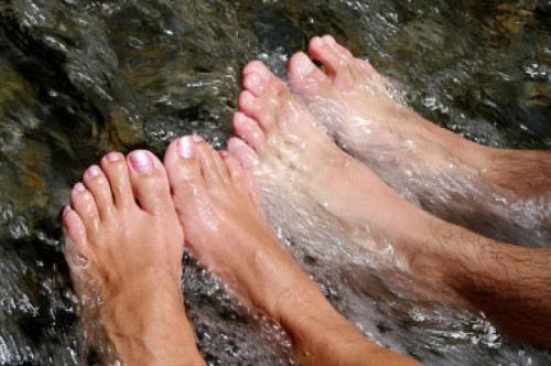 Что будет если подержать ноги в холодной воде. Чем полезно для ног обливание холодной водой
