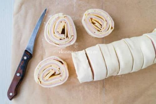 Улитки из слоеного теста с сыром и ветчиной