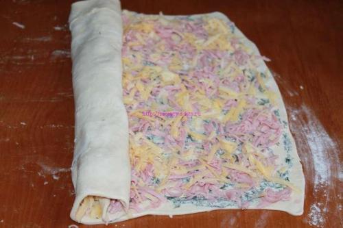 Слойки с сыром и колбасой из слоеного теста. Слойки с колбасой и сыром в духовке с фото