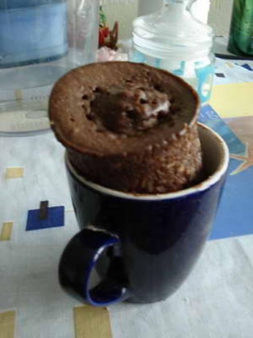 Тортик в кружке в микроволновке.