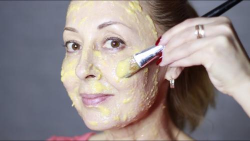 Маска для лица из яйца от морщин. Советы врачей косметологов