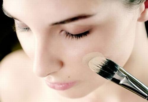 Как красить лицо тональным кремом. Правильное нанесение тонального крема: пошаговая инструкция, как красить тональным кремом лицо.