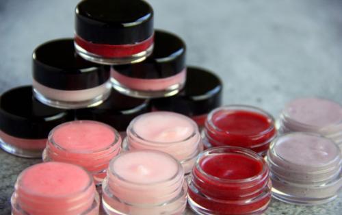 Как сделать прозрачный блеск для губ. Как самостоятельно сделать блеск для губ: инструкция с ингредиентами