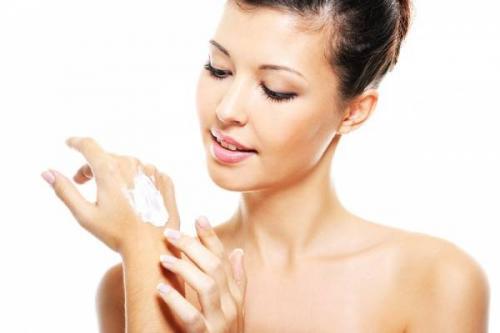 Чтобы смягчить кожу рук их нужно смазывать кремом. Быстрое смягчение кожи рук: эффективные рецепты домашних масок и ванночек