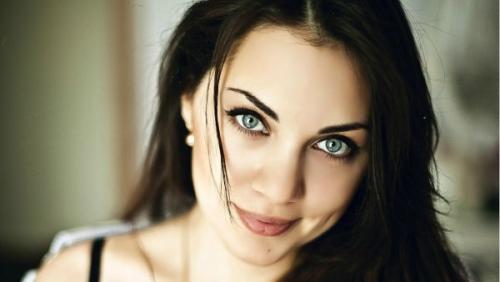 Макияж для черных волос и зеленых глаз. Главные особенности макияжа