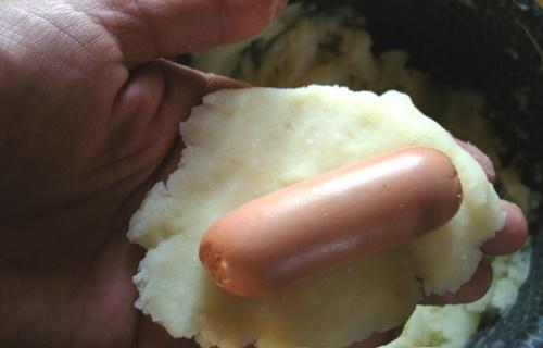 Сосиска в картофельном тесте на сковороде. Сосиски в картошке – пирожки с начинкой из обжаренного (испеченного) пюре