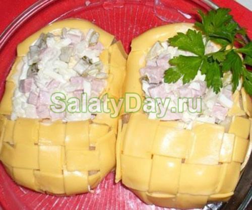 Салат с ветчиной и огурцом. Салат с ветчиной и сыром и огурцами «Лапти»