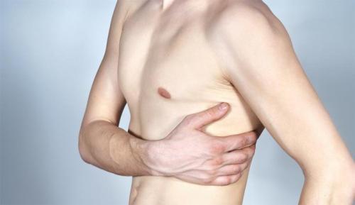 Болит под левой грудью сбоку. Болит под левым ребром спереди: симптомы возможных заболеваний, лечение. Что может болеть в левом боку, под левым ребром спереди?