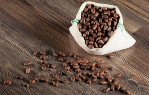 Рецепт настойки на кедровых орешках на самогоне. Как нужно настаивать самогон на кедровых орешках?