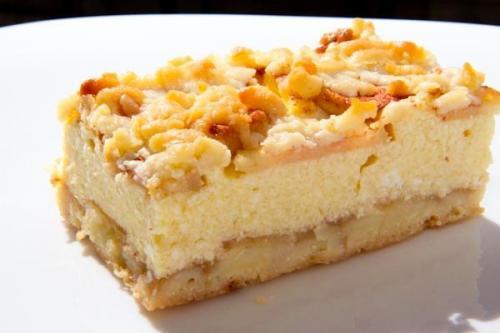 Тертый пирог с творогом и яблоками.