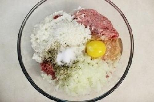 Тефтели с рисом и сливочной подливкой в духовке.