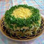 Зеленый салат с селедкой.