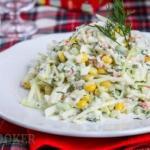 Салат из крабовых палочек и свежей капусты.