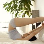 10 полезных упражнений для суставов, не вставая с постели.