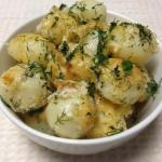 Молодой картофель под сметанным соусом.