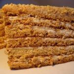 Бисквитный торт, пропитанный сгущенкой.