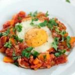 Шакшука.   Интересное блюдо из яиц с овощами, популярное в израиле и соседних странах.