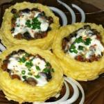 Картофельные гнезда с грибами, в чесночно - сметанном соусе.